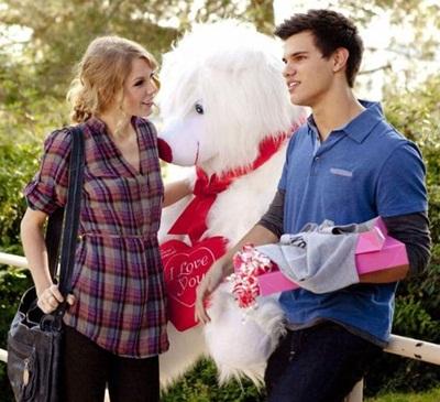 Quần jeans, áo phông hoặc áo sơ-mi và bốt là những món đồ quen thuộc khi cặp đôi bên nhau.