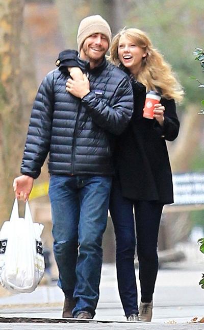 Khi Taylor Swift cặp kè với hoàng tử Ba Tư Jake Gyllenhaal vào cuối năm 2010, cô nàng nhanh chóng vứt bỏ hết những kiểu đầm ngắn cocktail hay những bộ đồ rock-chic trước đây.