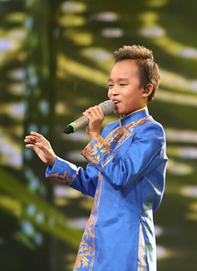 Hồ Văn Cường trình diễn vui tươi nhạc phẩm của Đức Trí. Ảnh: Phước Trí.