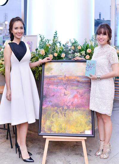 Ca sĩ Ái Phương (trái) đến dự sự kiện ra mắt sách và triển lãm tranh của nữ tiến sĩ luật.