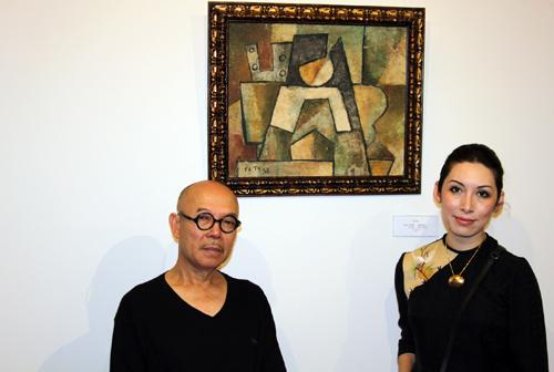 Vợ chồng họa sĩ Thành Chương (trái) và bà Ngô Hương bên cạnh bức tranh bị ông cho là mạo danh