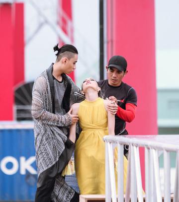 La Thanh Thanh khóc ngất trước khi lên sàn catwalk.