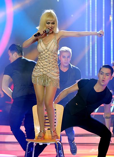 Võ Hạ Trâm là thí sinh giành giải nhất tuần đầu tiên của cuộc thi, hạnh phúc có những người bạn , tiết mục tệ là quang lê  công bố top 4 là đêm đáng nhớ nhất  chương trình đã mang lại cho trâm nhiều thứ  Show me how you burlesque  Mỹ Linh: xuất sắc, vừa nhảy mà hát không bị rớt nhịp Đức Huy: tại sao chọn, Christina là thần tượng, xét về giọng hát vừa hát hay và nhảy đẹp chọn thần tượng, Christina Aguirela,  Hoài Linh, hy vọng nắng cháy này sẽ lan tỏa ra , xiếc, múa lửa , lắc vòng, giọng hát khủng