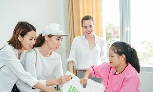 Hồ Ngọc Hà cùng học trò The Face mặc giản dị đi trao học bổng
