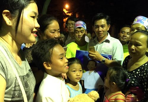 Hồ Văn Cường giữa đám đông khán giả dành tình càm cho em sau đêm thi chung kết.