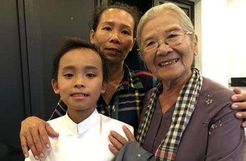 Hồ Văn Cường bên mẹ và Nghệ sĩ Ưu tú Phi Điểu (phải).