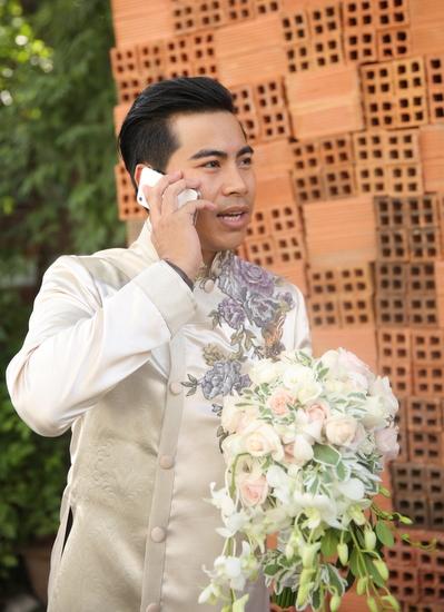 Chú rể Thanh Bình bận rộn với những cuộc điện thoại chúc mừng từ bạn bè hai bên.