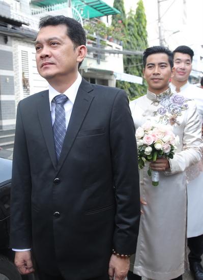 Hữu Châu đảm nhận vai trò chủ hôn cho vợ chồng diễn viên mà anh rất quý mến.
