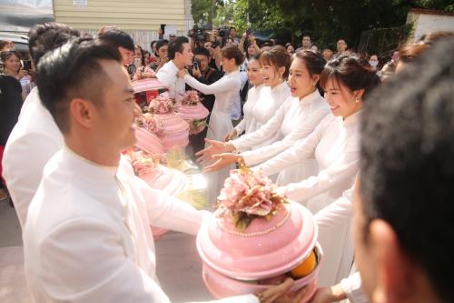 Dàn phù dâu, phù rể đều diện áo dài trắng