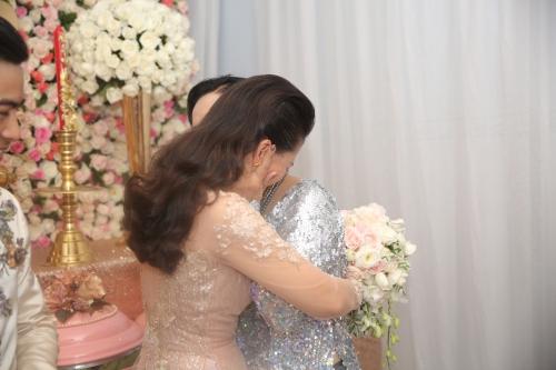 Kiều nữ xúc động khi ôm từ biệt mẹ về nhà chồng.