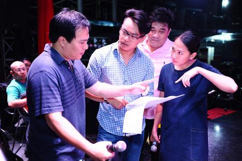 Nhạc sĩ Việt Anh (trái) trao đổi chương trình với