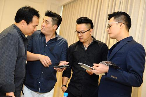 Từ phải qua: ca sĩ Việt Anh, nhạc trưởng Trần Nhật Minh, đạo diễn Trần Vi Mỹ và nhạc sĩ Việt Anh.