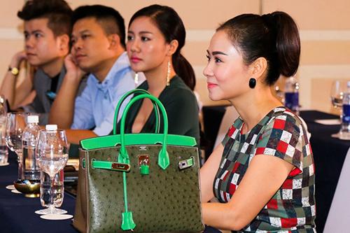 Chiếc túi hiệu Hermes Birkin da đà điểu, được nữ ca sĩ tiết lộ cô mua với giá hơn 700 triệu đồng.