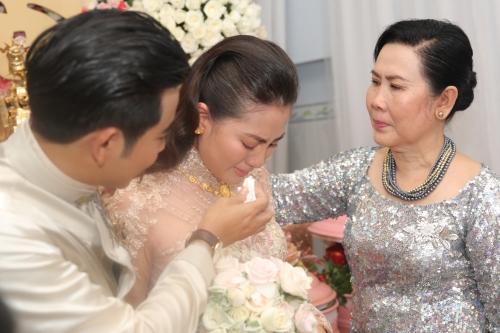 Thanh Bình giúp Ngọc Lan lau nước mắt khi từ giã mẹ lên xe hoa về nhà chồng.