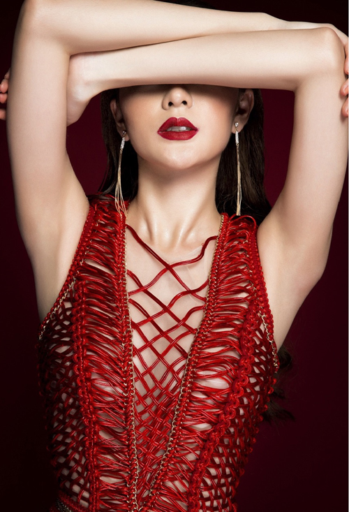 [Chiến binh đội Hoa hậu Hoàn vũ Việt Nam 2015 diện đầm xẻ sâu, khoe vòng một căng tròn trong bộ ảnh mới.