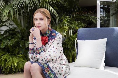 Nữ diễn viên Bel Powley phối bông tai và nhẫn cùng tông màu với trang phục tại Liên hoan phim Cannes.