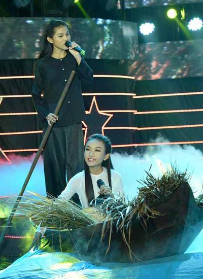 Thí sinh Thiêng Ngân (ngồi) cùng chị nuôi thể hiện ca khúc Bài ca đất Phương Nam.