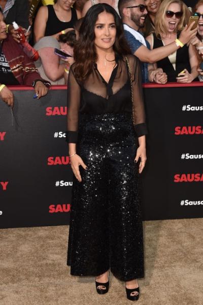 Salma Hayek theo đuổi mốt xuyên thấu và kim sa trong trang phục của Saint Laurent