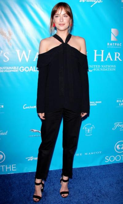 Dakota Johnson lăng xê mốt khoe vai trần trong chiếc áo trễ vai