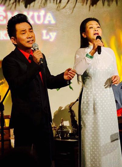 Nữ danh ca và người bạn đồng hành - ca sĩ Quang Thành - trong một chương trình biểu diễn.