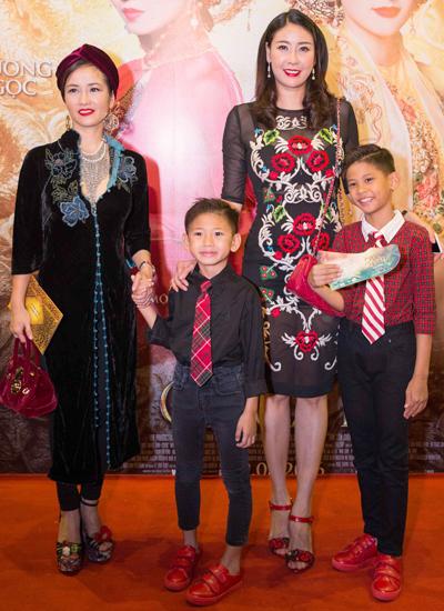 Hồng Nhung (trái) bên Hoa hậu Hà Kiều Anh và hai con trai.