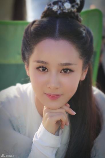 Dương Tử sinh ngày 6/11/1992. Cô bén duyên với nghệ thuật diễn xuất từ rất sớm. Năm 2002, diễn viên nhí Dương Tử đã bộc lộ được khả năng diễn xuất trong phim Hiếu Trang bí sử. Ngay khi mới 11 tuổi, cô tiếp tục gây chú ý với vai Hạ Tuyết trong loạt phim giáo dục ăn khách Nhà có nếp có tẻ.