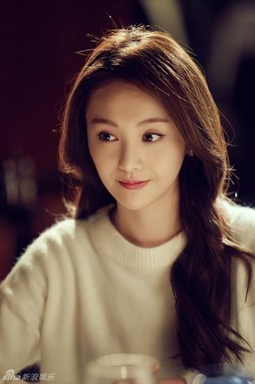 Trịnh Sảng sinh ngày 22/8/1991 ở Thẩm Dương. Tháng 2 năm 2009, Trịnh Sảng tham gia phim Cùng Ngắm Mưa Sao Băng và đứng vị trí đầu tiên trong bảng xếp hạng rating phim truyền hình. Tháng 2 năm 2010, tiếp tục xuất hiện trong phần tiếp theo của Vườn sao băng và một lần nữa lập kỷ lục xếp hạng. Nhờ vai diễn này mà cô được đề cử giải nữ diễn viên xuất sắc nhất của Liên hoan Phim truyền hình Golden Eagle (Kim Kê) lần thứ 25, trở thành ứng cử viên trẻ tuổi nhất trong năm đó.