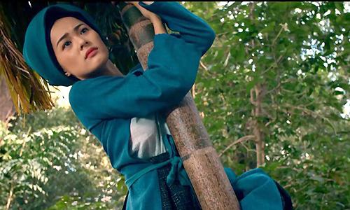 Hạ Vi diễn cảnh nàng Tấm trèo cau bị mẹ ghẻ chặt cây.