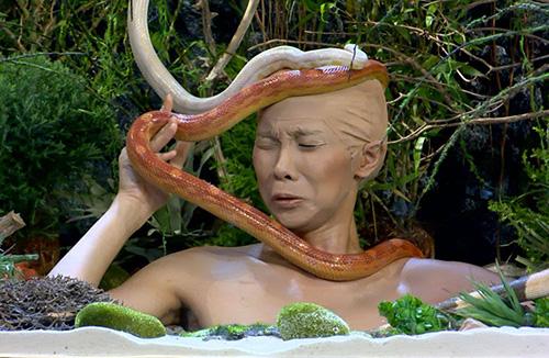 Nguyễn Phương dúm dó khi bị thả rắn vào đầu bất ngờ.