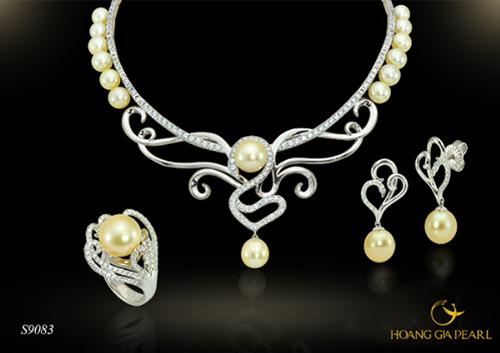 Ánh sắc bóng mịn phù hợp với phần lớn các tông màu da. Những cô nàng công sở hiện đại có thể cập nhật ngay xu hướng làm đẹp này với các thiết kế mới từ thương hiệu Hoàng Gia Pearl. Bộ trang sức từ ngọc trai South Sea vàng kim đắt giá kết hợp cùng chất liệu vàng vương giả, tạo nên sự quý phái, sang trọng.