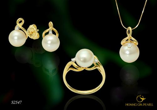 Bộ trang sức ngọc trai Akoya vàng kem tinh tế trong phối kết với chất liệu vàng vàng cổ điển đính kim cương đắt giá.