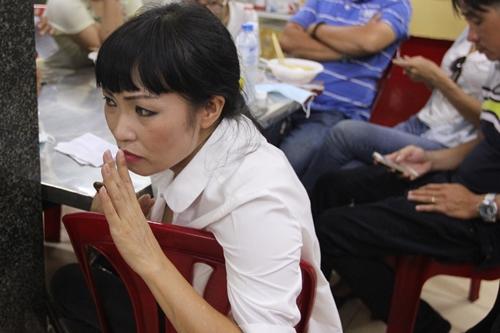 Phương Thanh có mặt tại bệnh viện Phạm Ngọc Thạch tối 4/9 để theo dõi bệnh tình của Minh Thuận. Ảnh: M.N.
