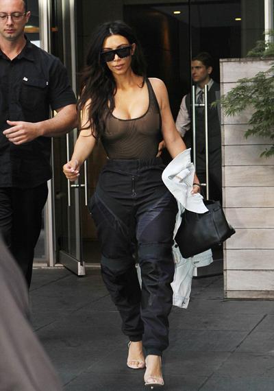 kim-kardashian-mac-ba-lo-xuyen-thau-khong-noi-y