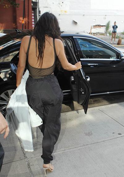 kim-kardashian-mac-ba-lo-xuyen-thau-khong-noi-y-2