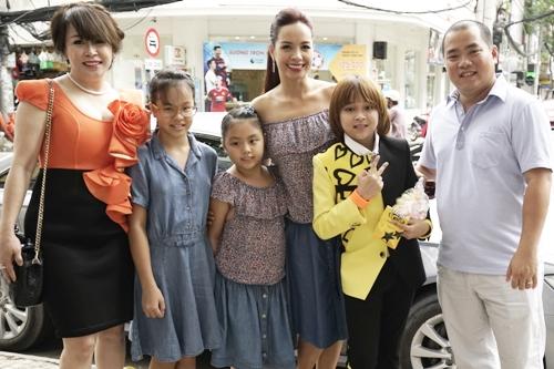 Vợ chồng MC Thúy Hạnh - nhạc sĩ Minh Khang dẫn hai con gái đến chúc mừng