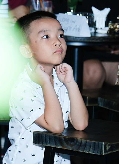 Trong suốt 3 tiếng biểu diễn, cậu con trai 5 tuổi - Hồ Thanh Tùng vẫn âm    thầm ngồi nghe mẹ hát từ đầu tới cuối. Đây cũng là điều mong muốn của    cậu từ rất lâu và cũng là một phần lý do tạo động lực cho Hải Yến làm    minishow. Chồng và con trai của cô cũng đã đến tặng hoa cho Hải Yến    khiến cô xúc động.