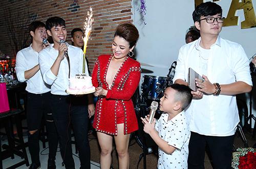 Cuối chương trình, bạn bè và fans đã gây bất ngờ khi chuẩn bị bánh kem    mừng sinh nhật sớm cho Hải Yến (sinh nhật của Yến là 19/09).