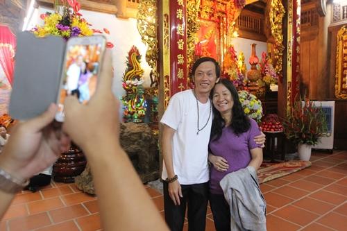 Cô Quỳnh Anh (phải) - người gốc Duy Xuyên, Quảng Nam, đang sinh sống ở TP HCM - đổ đường xa đến nhà thờ tổ của Hoài Linh để thắp hương.