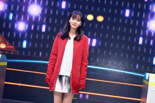 Theo Ifeng, hôm 12/9, Angelababy dự một hoạt động quảng bá thương hiệu tại Thượng Hải. Bà xã Huỳnh Hiểu Minh mặc bộ đồ thể thao rộng thùng thình, phần bụng cô hơi nhô ra khiến các fan đoán cô đã có bầu.