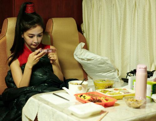 Bữa trưa phong phú đủ món của người đẹp trong khi cô đang bận rộn đóng phim cũng khiến người hâm mộ cho rằng Baby đang trong chế độ ăn dành cho bà bầu. Gần đây, khi tham gia chương trình Happy Camp gần đây, Angelababy đã từ chối tham gia các trò chơi vận động mạnh. Điều này trái ngược với tính cách tinh nghịch vốn có của nữ diễn viên. Thêm vào đó, tin đồn Baby sẽ không góp mặt trong mùa 5 của Running man Trung Quốc càng khiến các fan tin rằng người đẹp đang dưỡng thai.