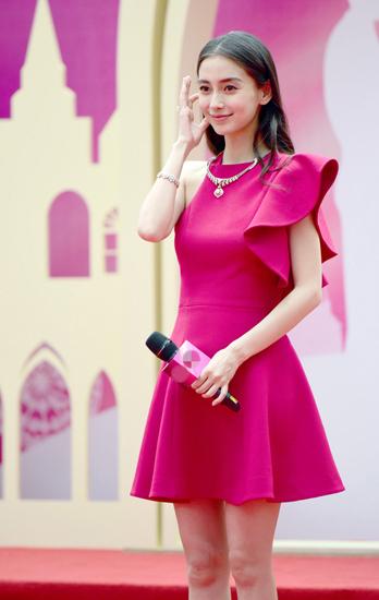 Sau đó, hôm 10/9, người đẹp xuất hiện tại Vũ Hán để quảng cáo cho một thương hiệu trang sức. Trong bộ đầm đỏ khoe eo con kiến, bà xã Huỳnh Hiểu Minh vẫn bị nhận xét là có phần bụng dưới to hơn với bình thường. Tin đồn cô mang bầu gần như liên tục trong thời gian gần đây.
