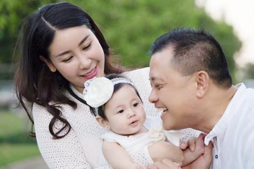 Hà Kiều Anh cùng chồng và con gái út.