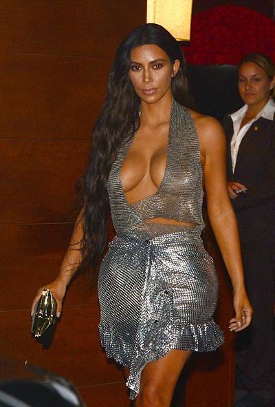 kim-kardashian-khoe-vong-mot-voi-vay-khoet-nguc-3