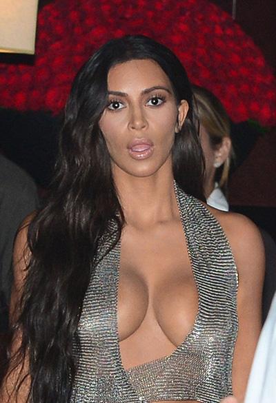 kim-kardashian-khoe-vong-mot-voi-vay-khoet-nguc
