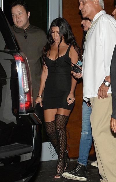 kim-kardashian-khoe-vong-mot-voi-vay-khoet-nguc-4