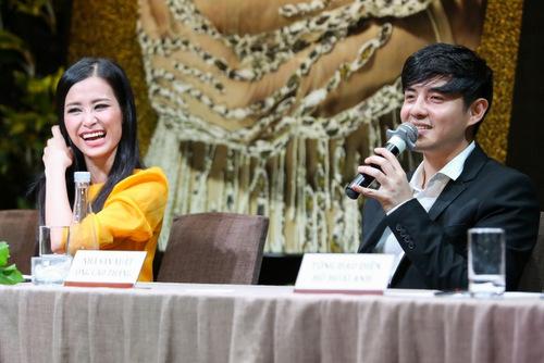 Đông Nhi - Ông Cao Thắng cười tươi khi được hỏi về chuyện kết hôn. Cả hai cho biết muốn tập trung cho sự nghiệp trước.