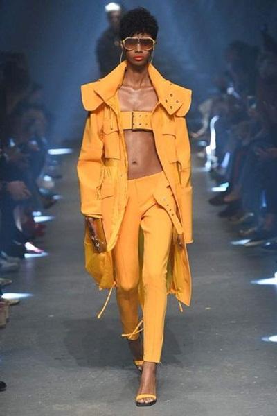 Dùng thắt lưng làm áo ngực như Versace