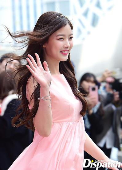 Kim Yoo Jung trên thảm đỏ Tuần lễ thời trang Seoul hồi tháng 3.