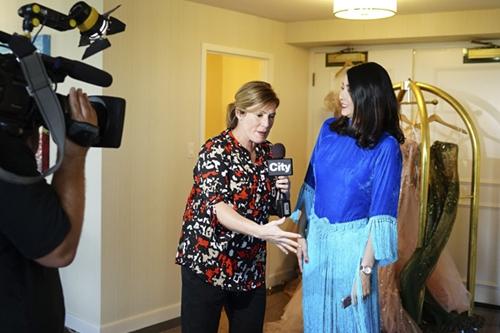 Hà Kiều Anh được phỏng vấn trên kênh truyền hình CityTV của thành phố địa phương.