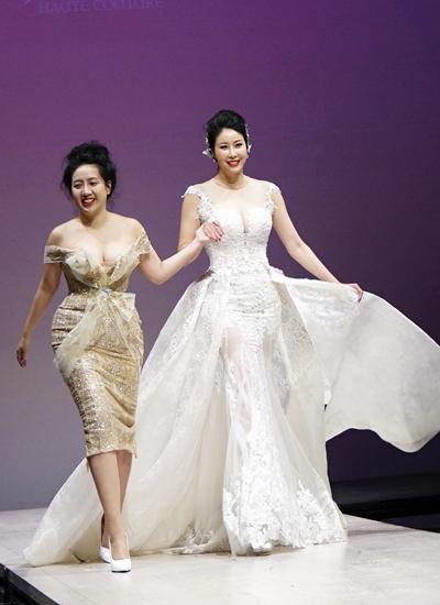 Hà Kiều Anh trình diễn ở vị trí vedette. Bộ váy dạ hội khoét ngực tôn vẻ gợi cảm của hoa hậu đã có ba con.